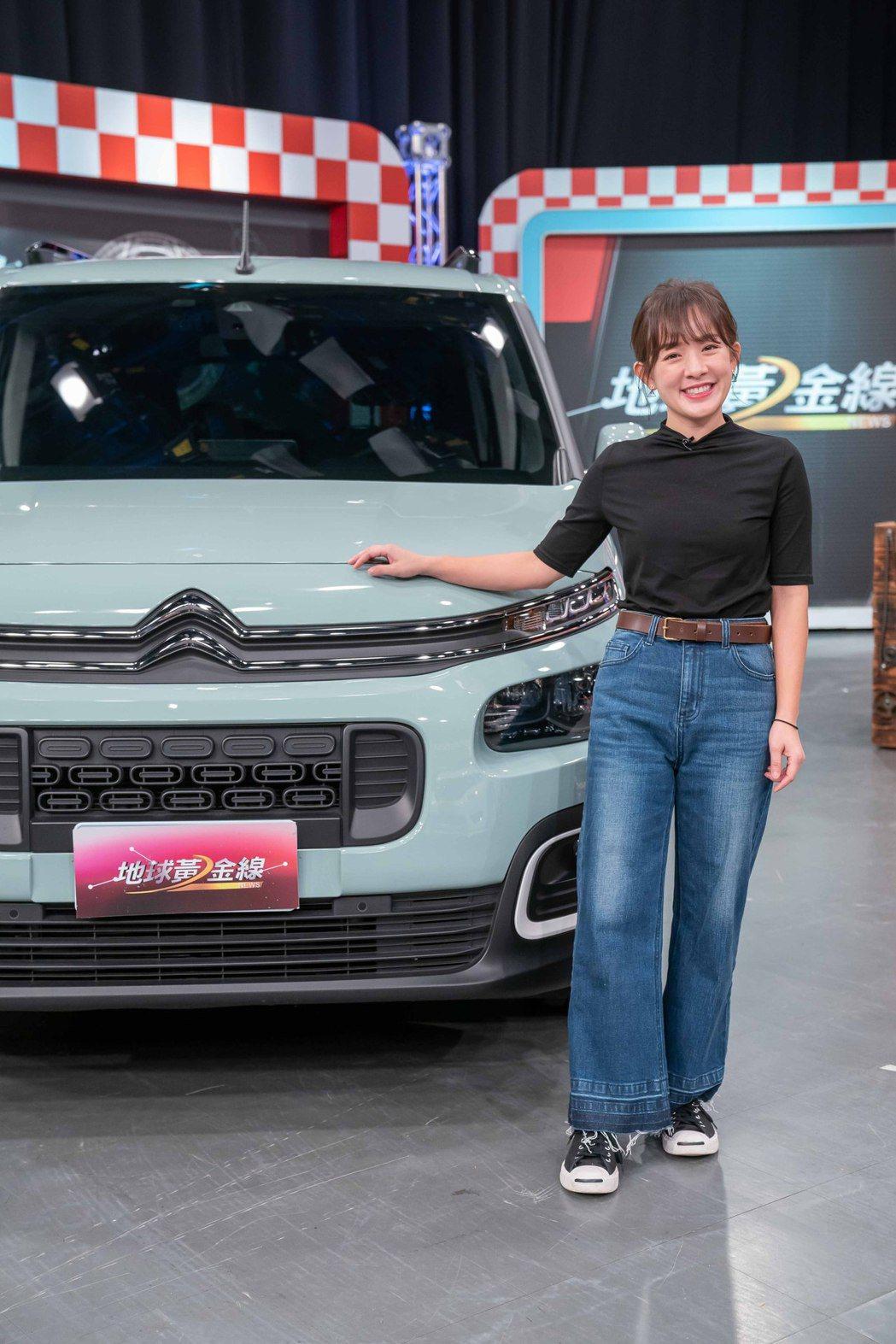林彥君和她的愛車上TVBS「地球黃金線」。圖/TVBS提供