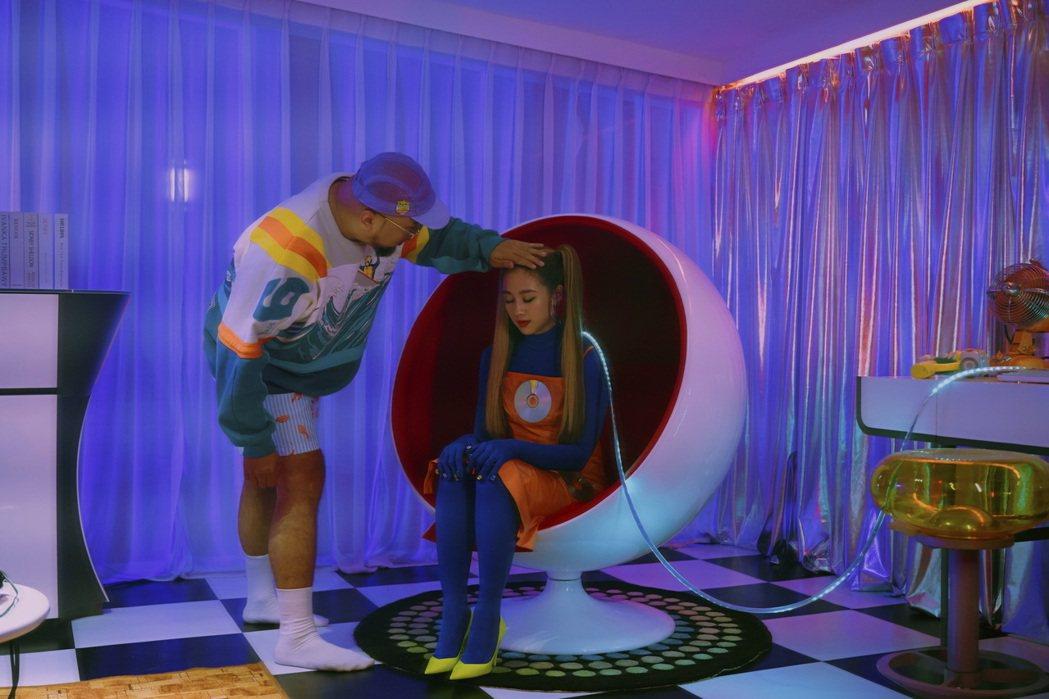 鬼鬼(右)在MV中飾演AI智慧機器人,與「美麗本人」有不少親密互動。圖/愛貝克思...
