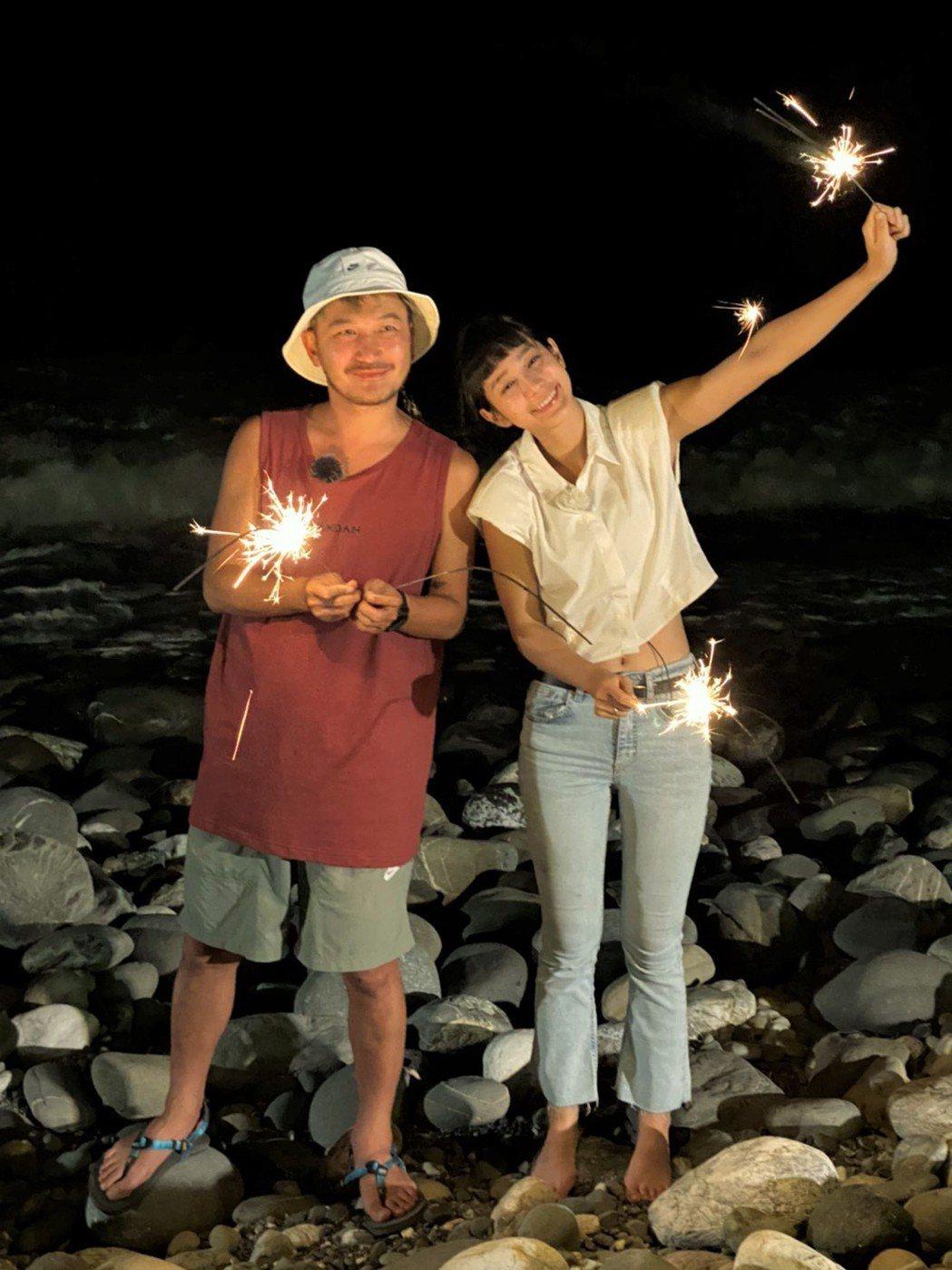 KID(左)和温貞菱一起錄戀愛實境節目。圖/東森提供