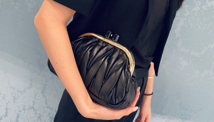 MIU MIU秋冬新推出口金包Miu Belle皮革肩背包,運用標誌性的Mate...