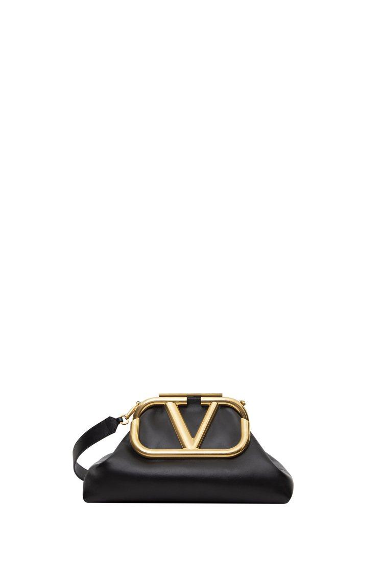 SuperVee大型口金包,10萬8,500元。圖/VALENTINO提供