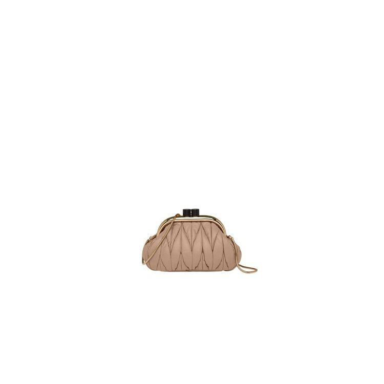 MIUMIU Miu Belle皮革肩背包,81,000元。圖/MIUMIU提供