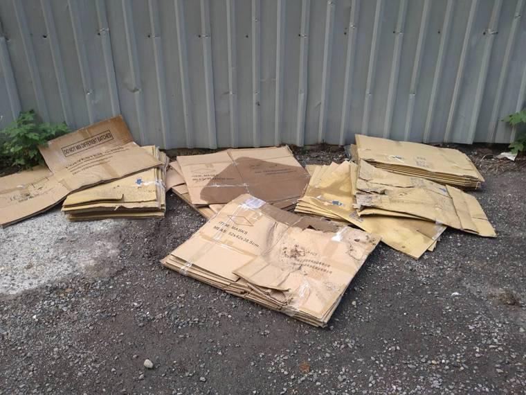 廠房旁的巷弄內,地上更擺了數十個摺疊過後的紙箱,上頭印有安徽某廠房字樣。記者吳亮...