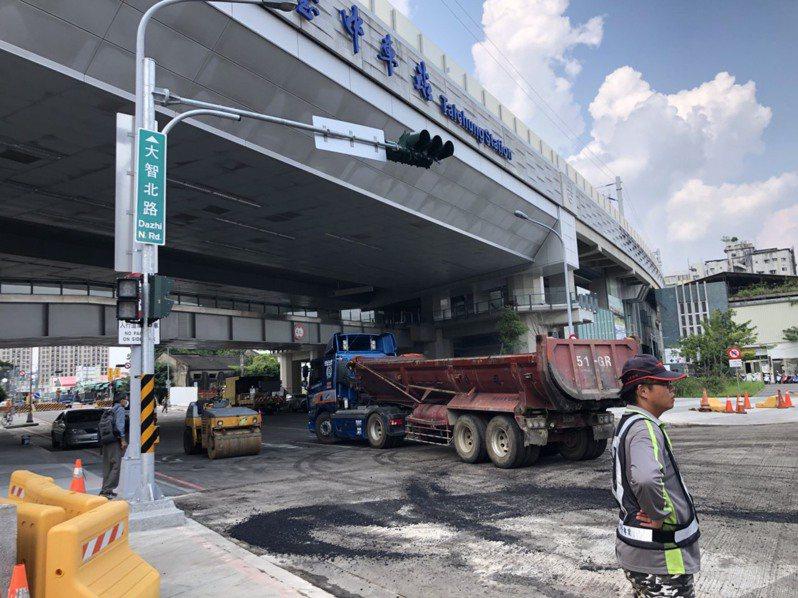台中市東區大智路開通在即,第三警分局從上月17日開始,針對大智北路、大智北一街一帶,告發違規停車。記者陳宏睿/攝影