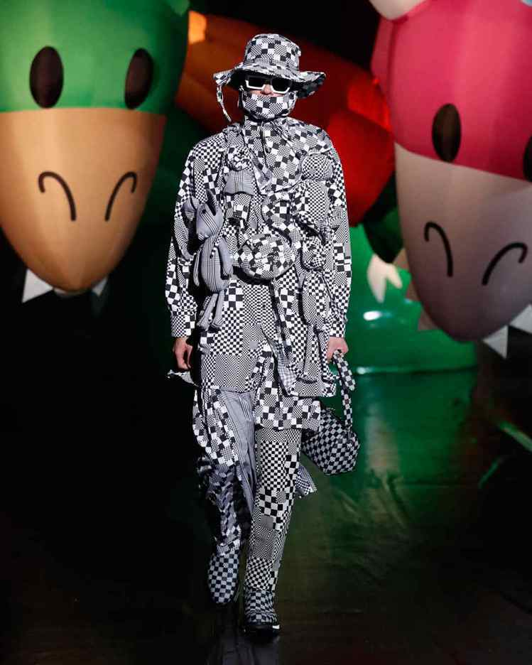 各式各樣的Damier變形印花打造了2021春夏男裝浮誇的視覺效果。圖/LV提供