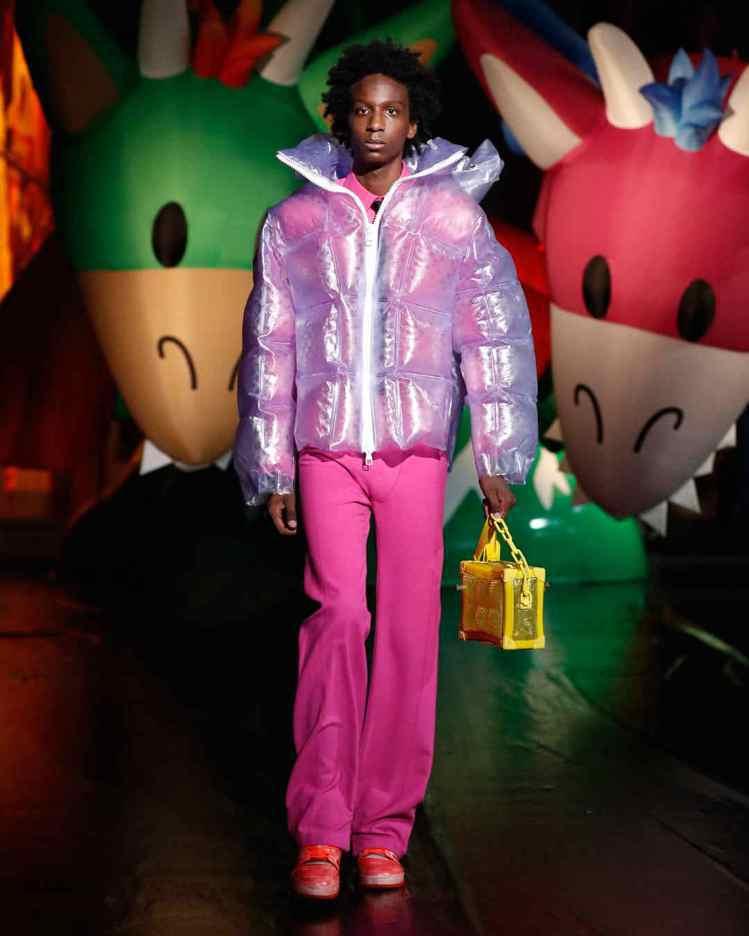 充氣外套與配件是2021春夏男裝東京發表新增的單品。圖/LV提供