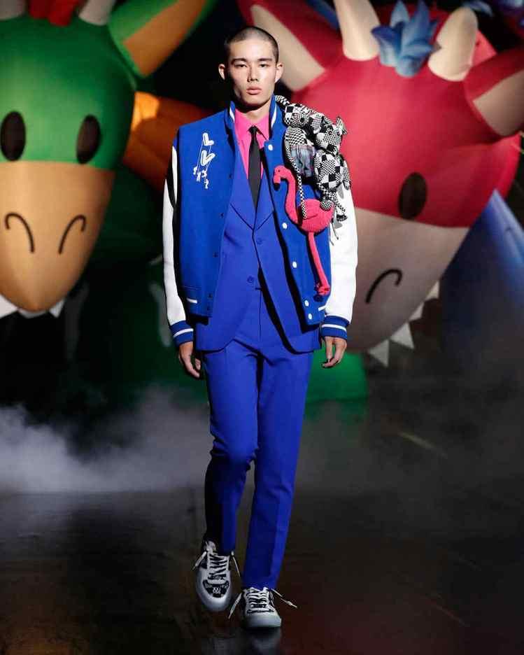 運動風夾克上的LV字樣成了氣球設計,鶴也是東京新增的玩偶朋友。圖/LV提供