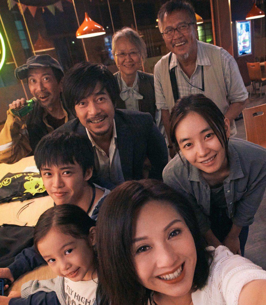 郭富城(中)在電影「麥路人」,與主要演員合影。前排為楊千嬅。圖/華映娛樂提供
