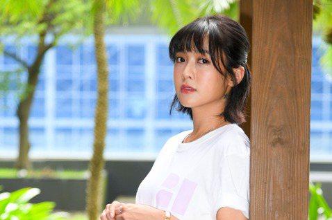 大元曾是Popu Lady成員,如今單飛往戲劇圈發展,曾以TVBS「初戀的情人」入圍亞洲電視大奬最佳女配角的她,近來更突破接演三立全台語的台灣好戲「羅雀高飛」,戲中她被兩男同時追求,戲外和「好朋友」...