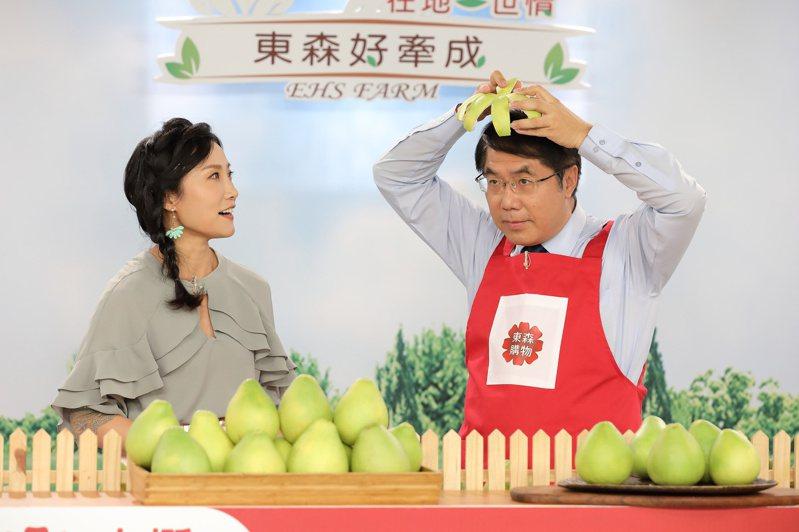 台南市長黃偉哲(右)今天上購物台賣麻豆文旦。圖/台南市新聞處提供