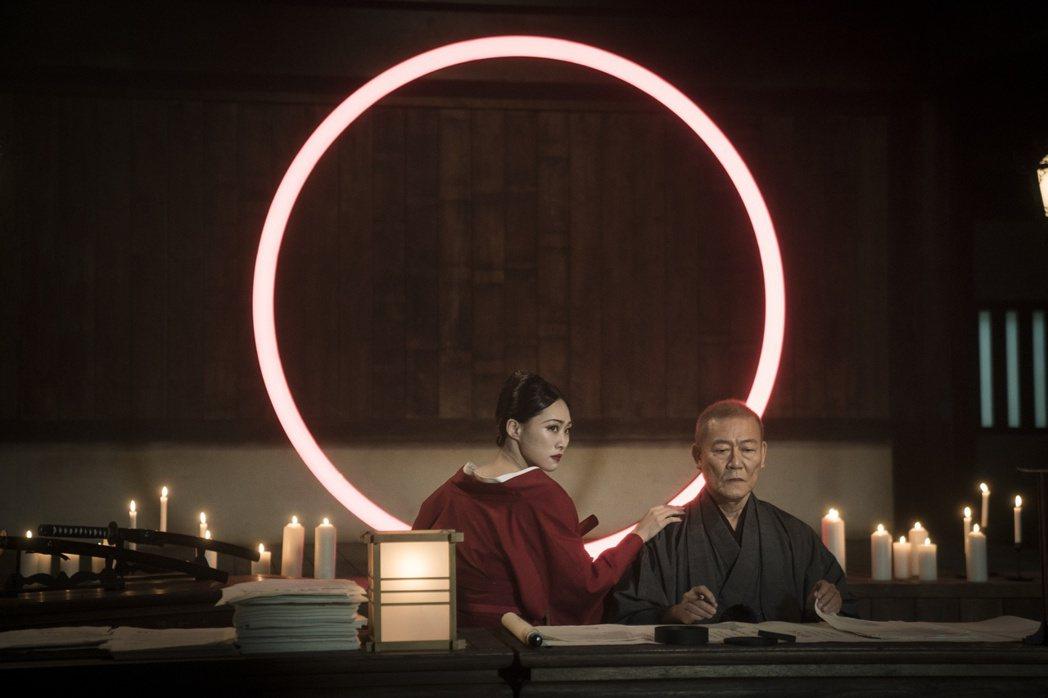 吳可熙(左)與國村隼對手戲,是「獵夢特工」一大亮點。圖/HBO Asia提供