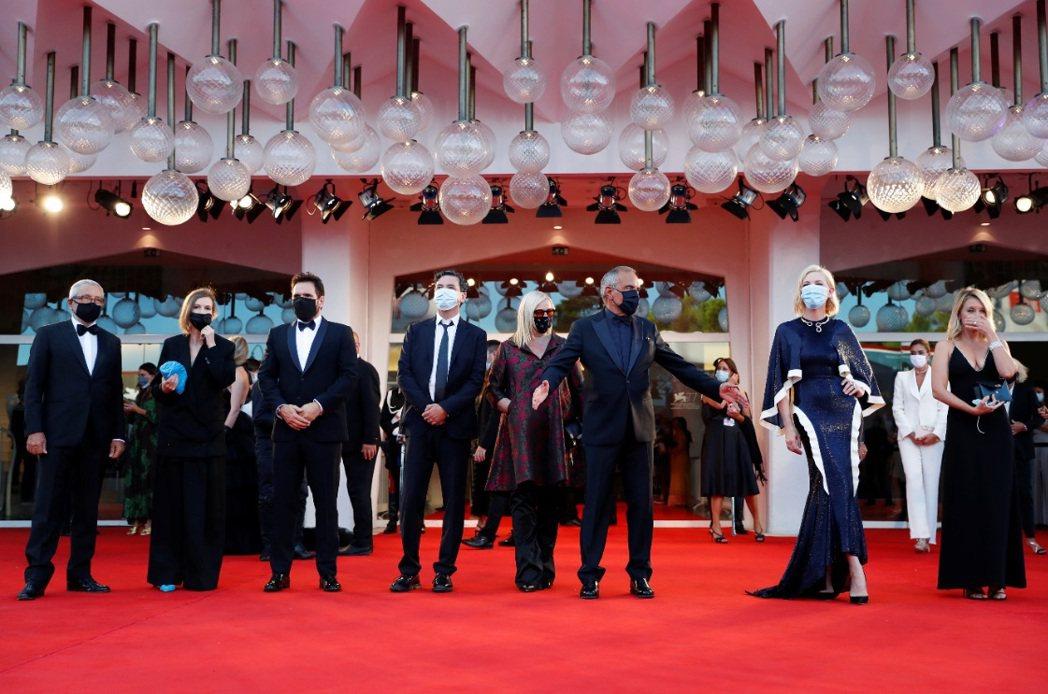 本屆威尼斯影展正式競賽評審團於紅地毯上也都戴上口罩。圖/路透