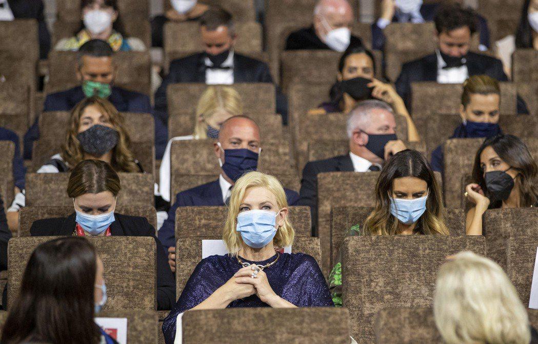 凱特布蘭琪(前中)和觀眾欣賞威尼斯影展影片時,都戴著口罩。圖/美聯社