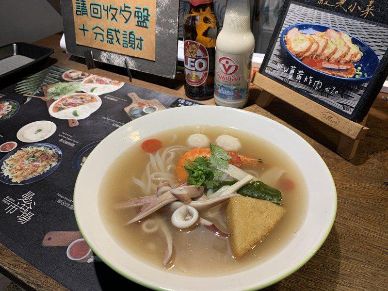 曼谷市場的酸蝦湯河粉湯頭用多種香料熬成,希望提供顧客最天然的口味。記者巫鴻瑋/攝影