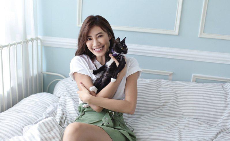名模紀艾希出席5日臺北市動物之家舉辦的「喵星人認養派對」,會與動保處一起呼籲「認養不棄養」的觀念。圖/北市動保處提供