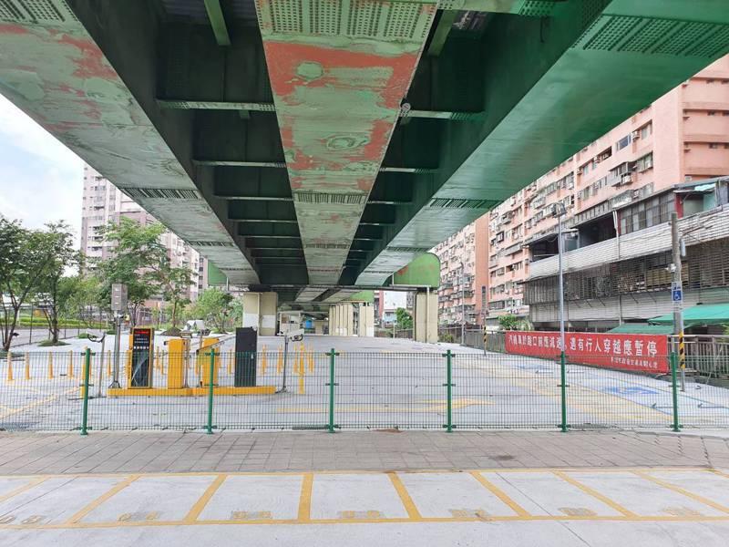 鄰近台鐵五堵車站的汐止區建成段平面停車場,10日起至30日試營運免費停車。圖/新北交通局提供