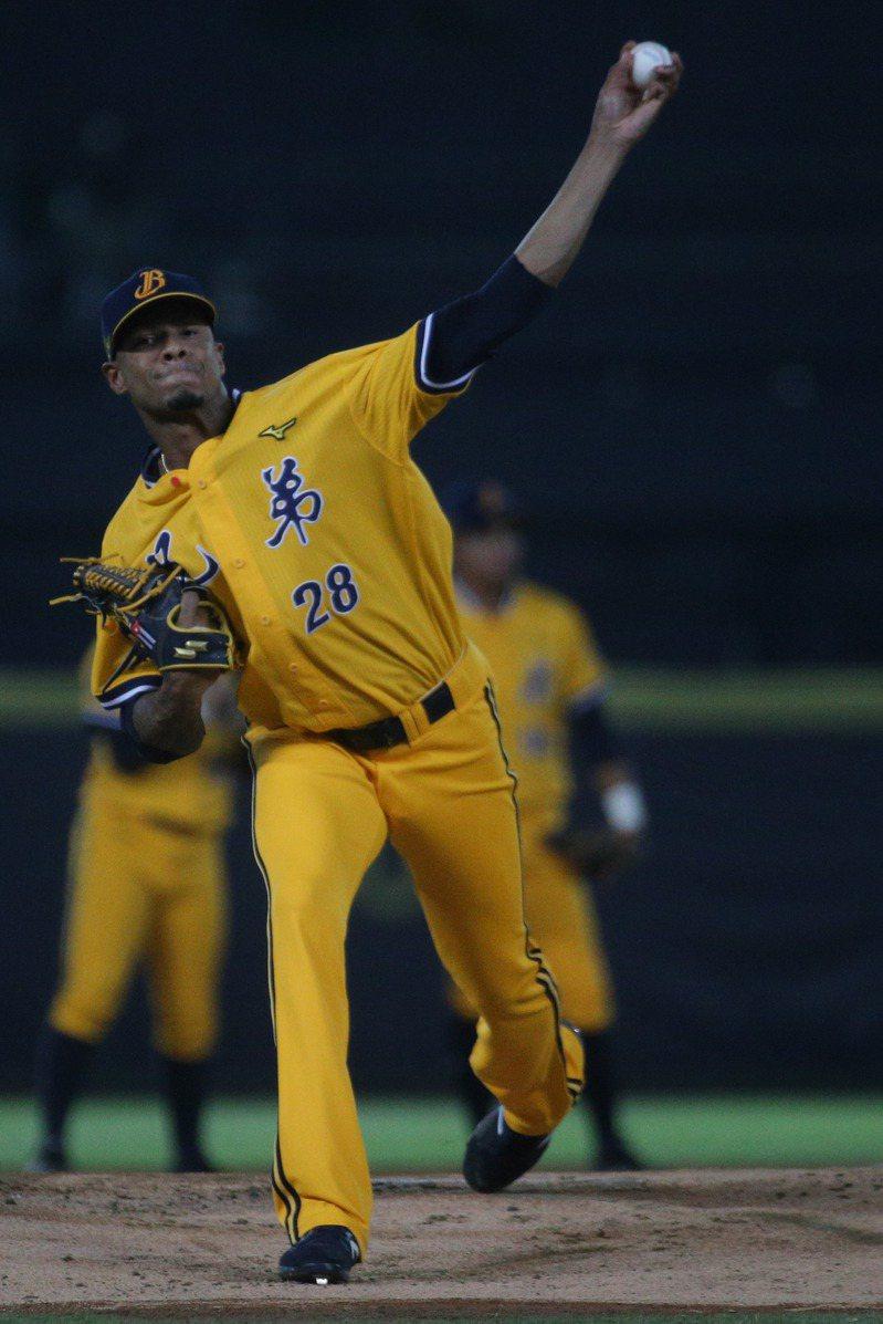 中信兄弟先發投手米蘭達主投七局失一分,賽後獲選MVP。記者黃仲裕/攝影