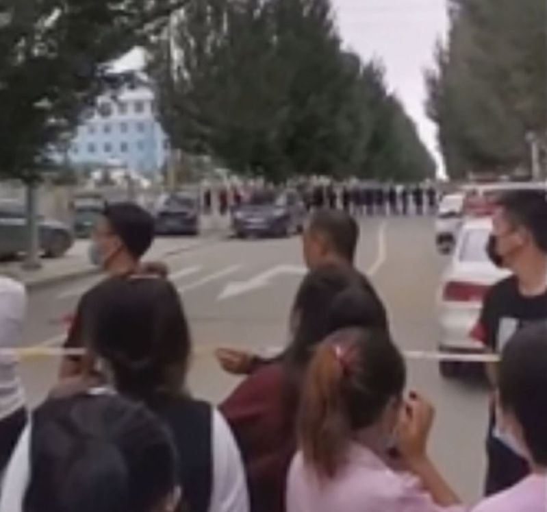 外流的視頻顯示,內蒙通遼市一所學校外,蒙族人聚集抗議,公安嚴陣以待。 (美聯社)