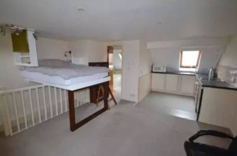 英國一公寓開價約486萬台幣稱精心改造,卻見雙人床高架樓梯設計。圖片來源/ 每日鏡報