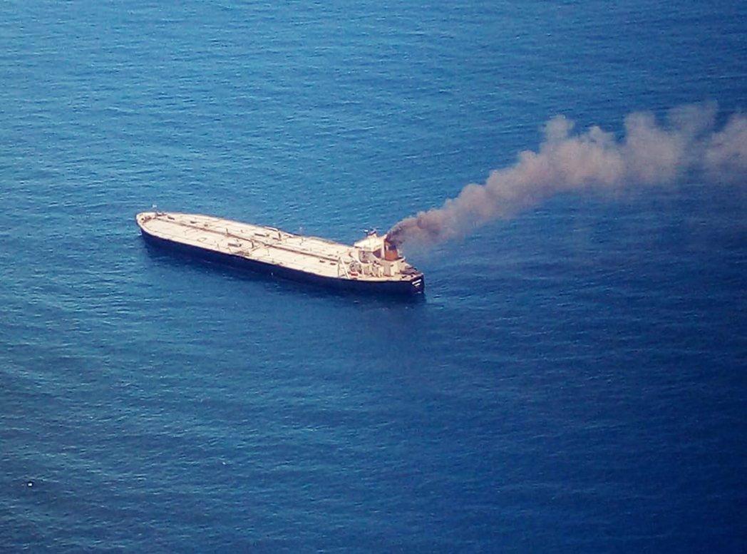 超級油輪「新鑽石號」 (New Diamond),3日在斯里蘭卡外海著火。艦上裝...