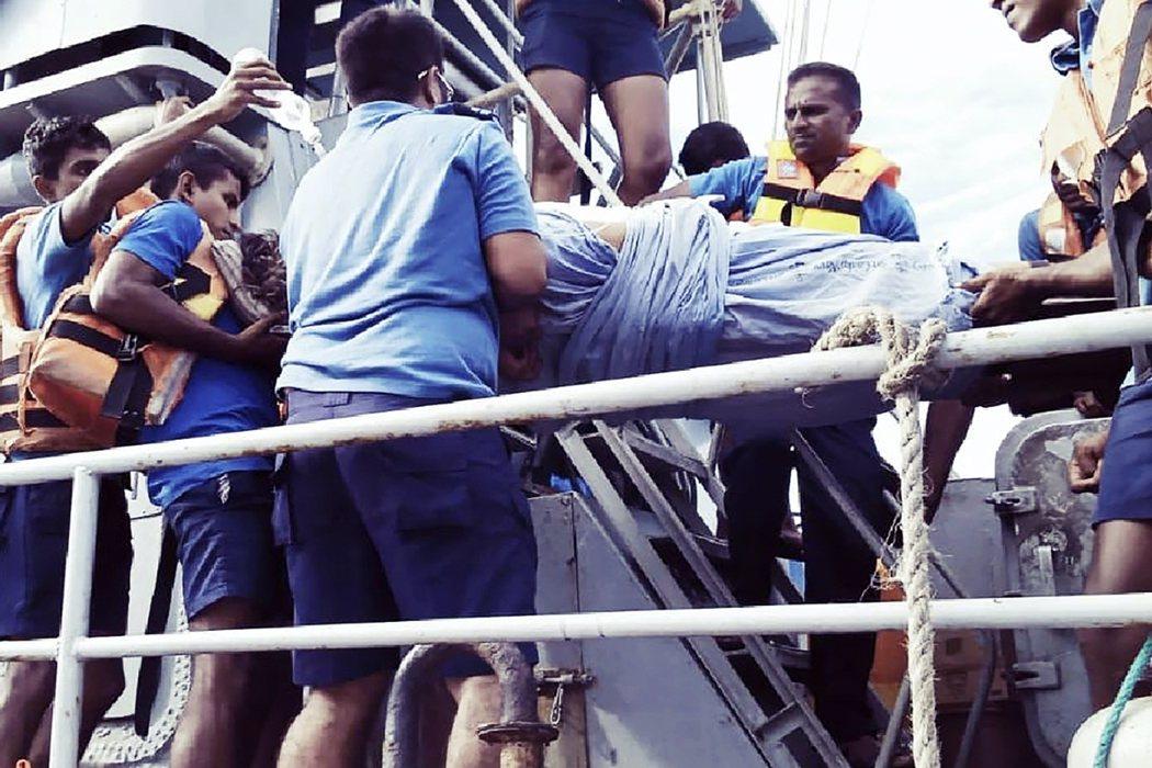 除了船長與其他3名消防專責船援外,新鑽石號上的「非必要人員」於3日中午前,由附近...