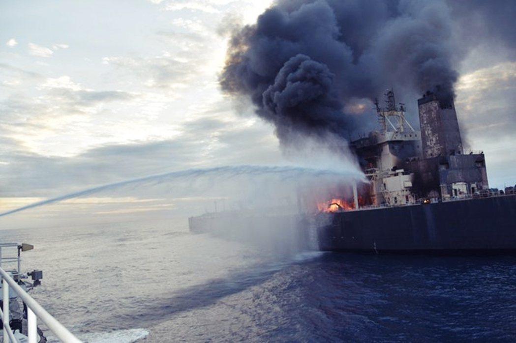 滿載著27萬噸未提煉原油與1,700噸柴油的儲油船艙,幸運地沒有著火;直到9月4...
