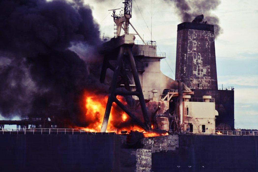 根據初始通報,油輪的引擎室突然無端起火,船上23名水手——包括5名希臘組員與18...