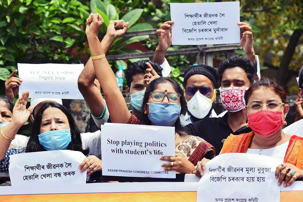 圖為抗議JEE與NEET在疫情中仍要賭命登場的印度示威團體。 圖/法新社
