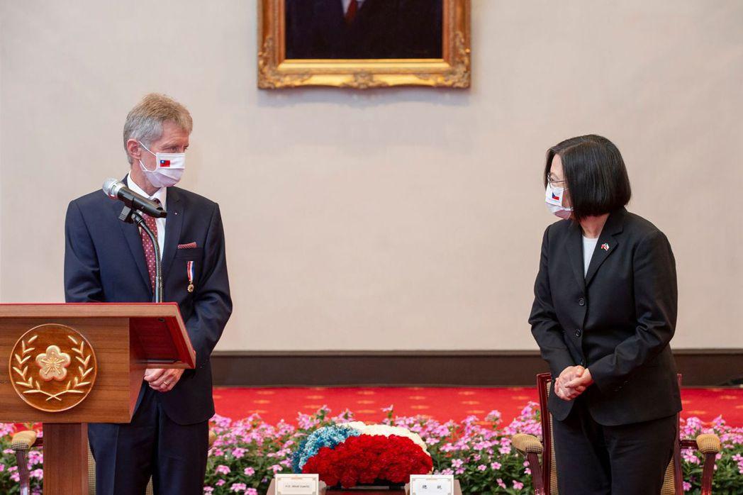 台灣至今成功抵抗病毒也使得總統滿意度極高。圖為總統蔡英文接見捷克議長韋德齊。 圖/法新社