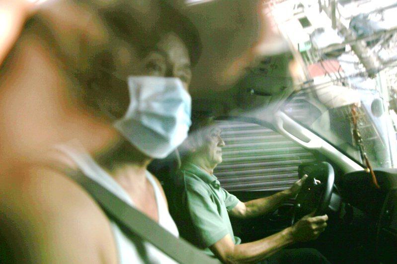口罩國家隊「加利科技」涉將中國製、非醫療口罩改標混裝為MIT醫療口罩,引發社會譁然,董事長林明進(左)中午戴口罩搭車離開。 記者蘇健忠/攝影