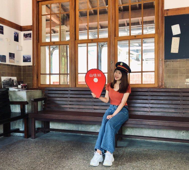 翻修後的山佳火車站除了有設置小小候車室,古樸的日本與西洋複合式建築,是遊客來此必...