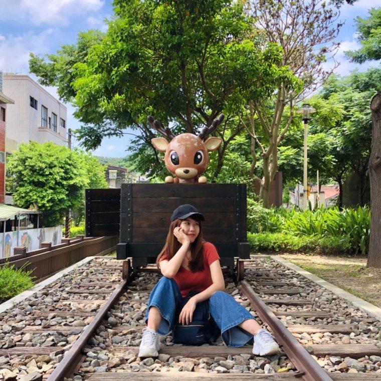 鐵道地景公園設置在山佳火車站附近,讓民眾拍照拍好拍滿。 圖/新北市觀旅局提供
