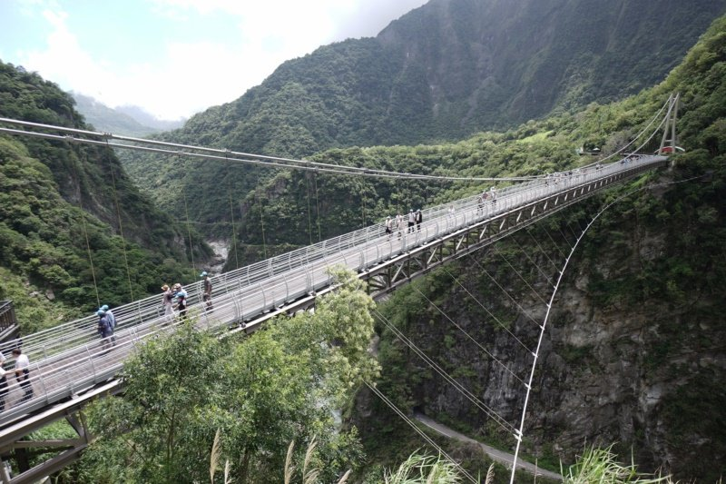 今年8月才啟用的山月吊橋,已成太魯閣國家公園內的熱門景點。 圖/王燕華 攝影