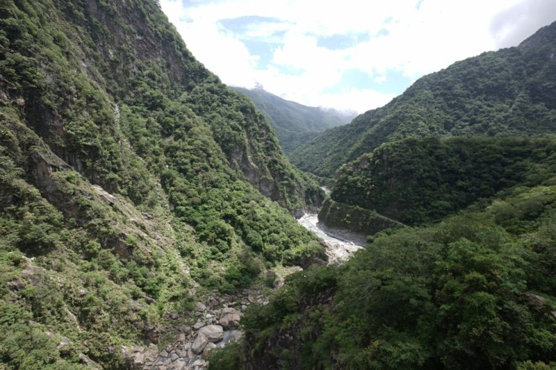 太魯閣山月吊橋距立霧溪落差達153公尺,溪谷美景盡收眼底。 圖/王燕華 攝影