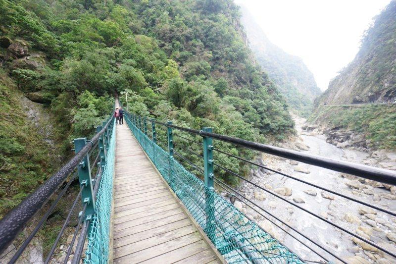 錐麓古道起點,也有一條跨越立霧溪的吊橋。 圖/王燕華 攝影