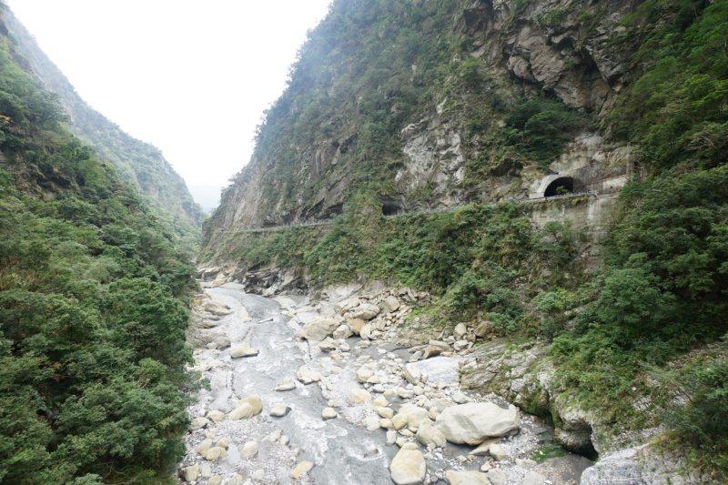 錐麓吊橋比山月吊橋更靠近立霧溪,俯瞰峽谷又是另一番風味。 圖/王燕華 攝影