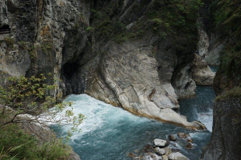 站在白楊吊橋上,可俯瞰溪水奔騰的美景。 圖/王燕華 攝影