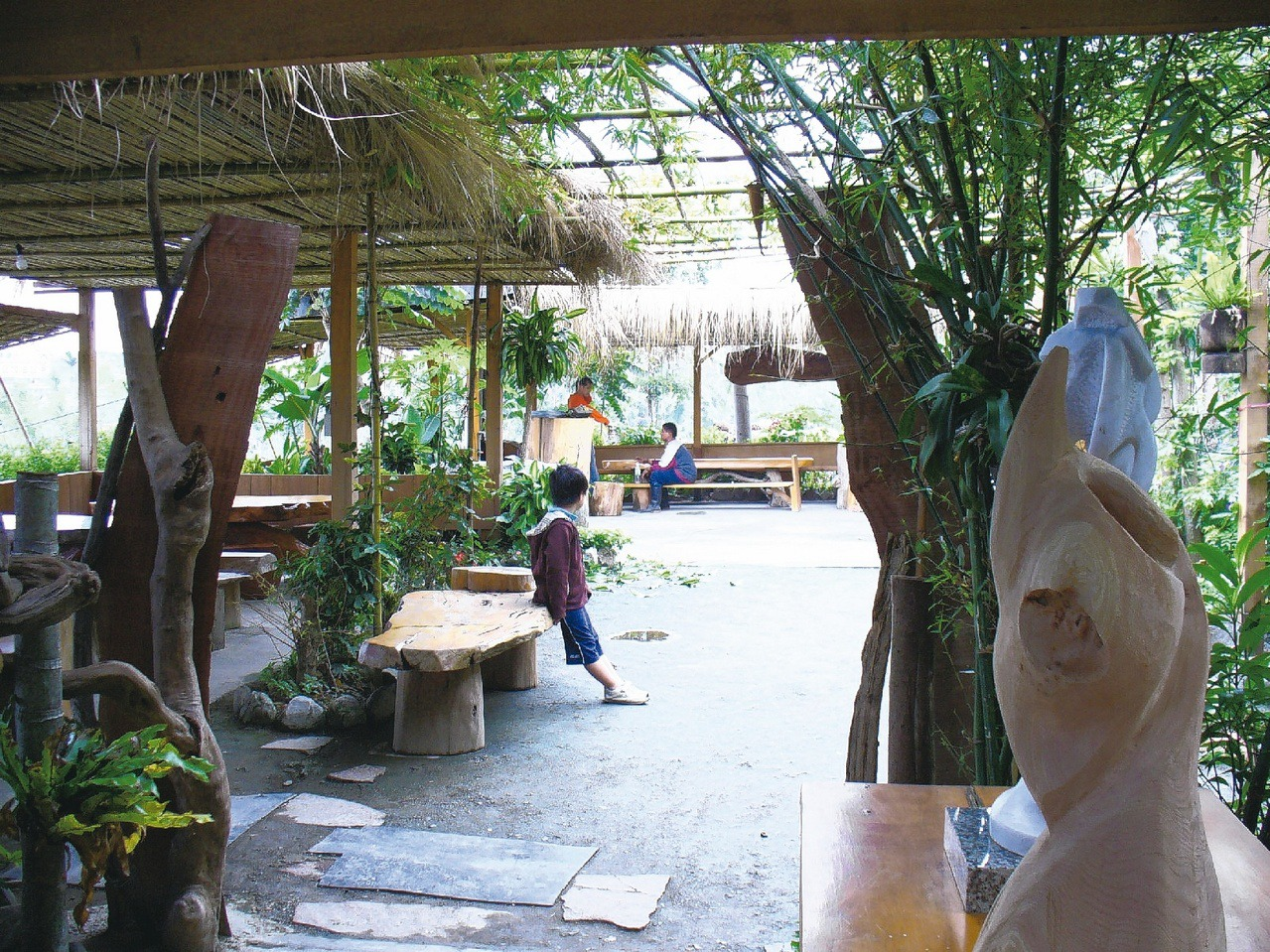 泰雅風味餐廳—達基力部落屋有充滿野趣的庭園造景。 圖/趙惠群 攝影