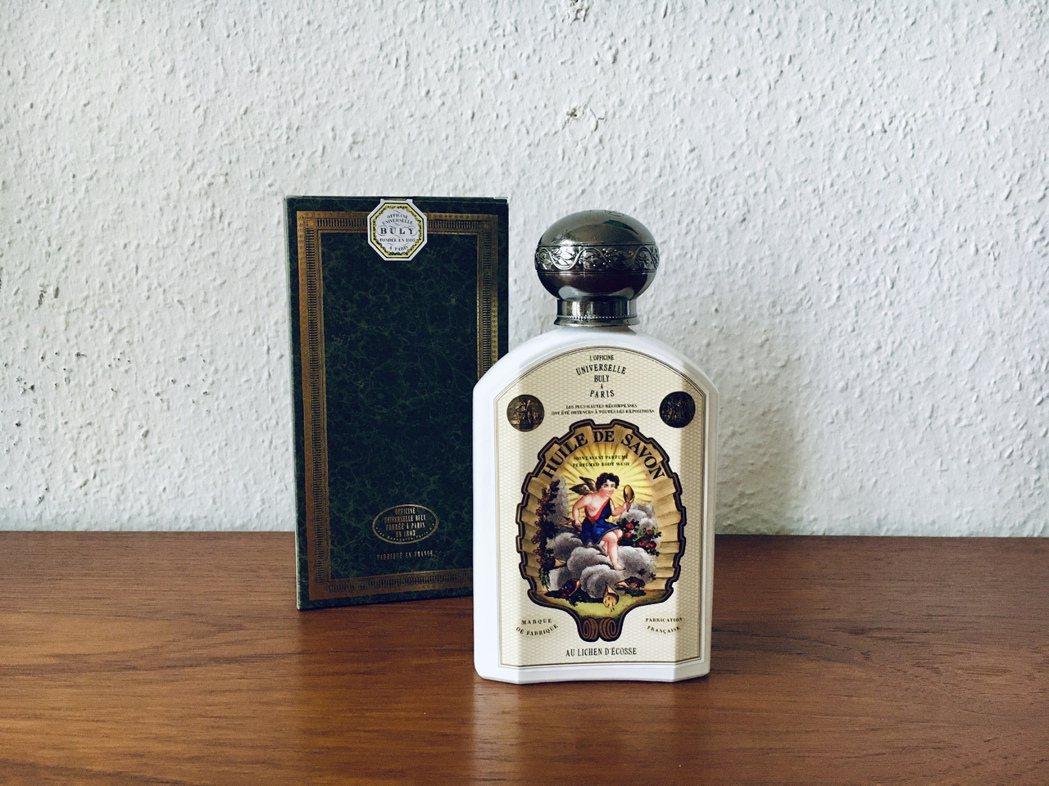 液態肥皂、乳液、卸妝液都裝在Buly經典的白瓷容器中,厚實銀色雕花瓶蓋,古典印刷...