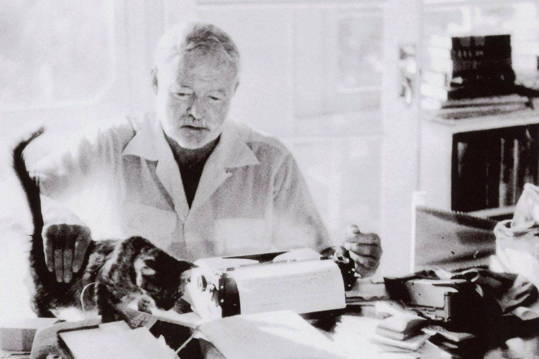 海明威(Ernest Hemingway)也是文壇有名的貓奴小說家。圖為二戰前,...