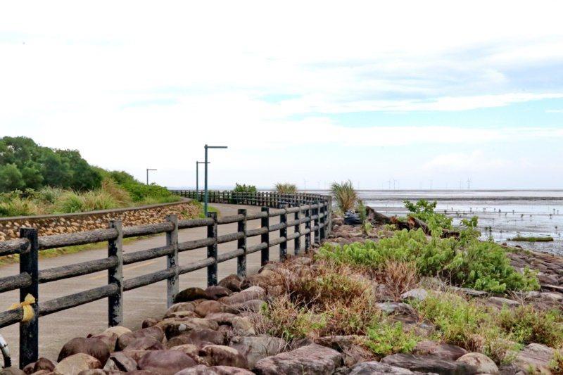17公里海岸線自行車道沿著海岸線走,風景相當多元。 圖/陳威任 攝影