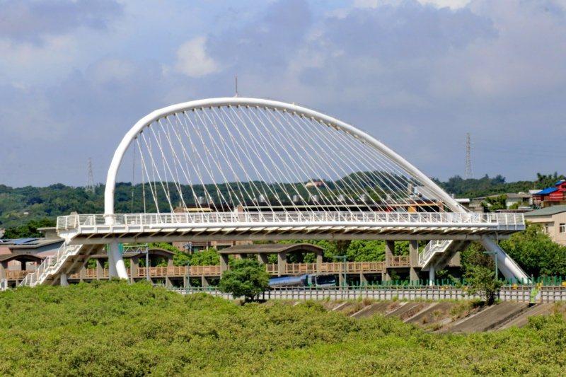 17公里海岸線自行車道的豎琴橋。 圖/陳威任 攝影