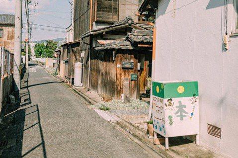 童趣字體,寫著「スロウな本屋,還有十步路」的招牌。 圖/施清元攝影