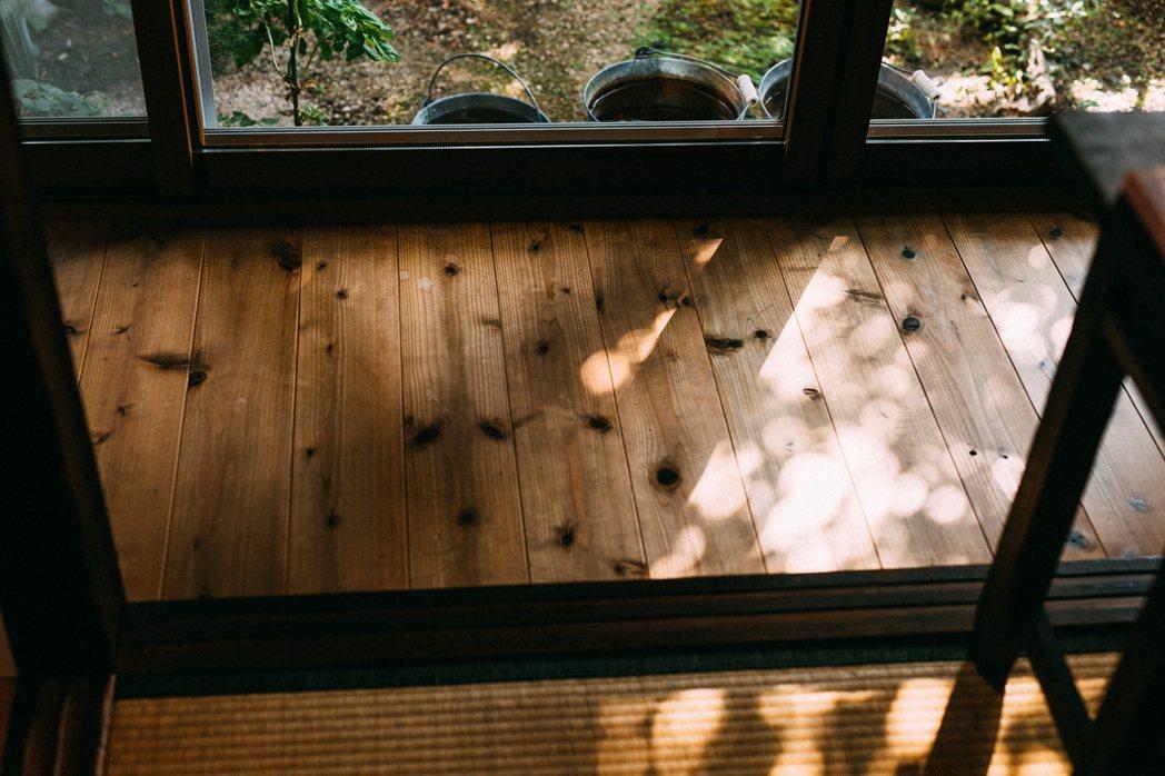 和煦陽光將搖曳的樹影投射在和室緣側。 圖/施清元攝影