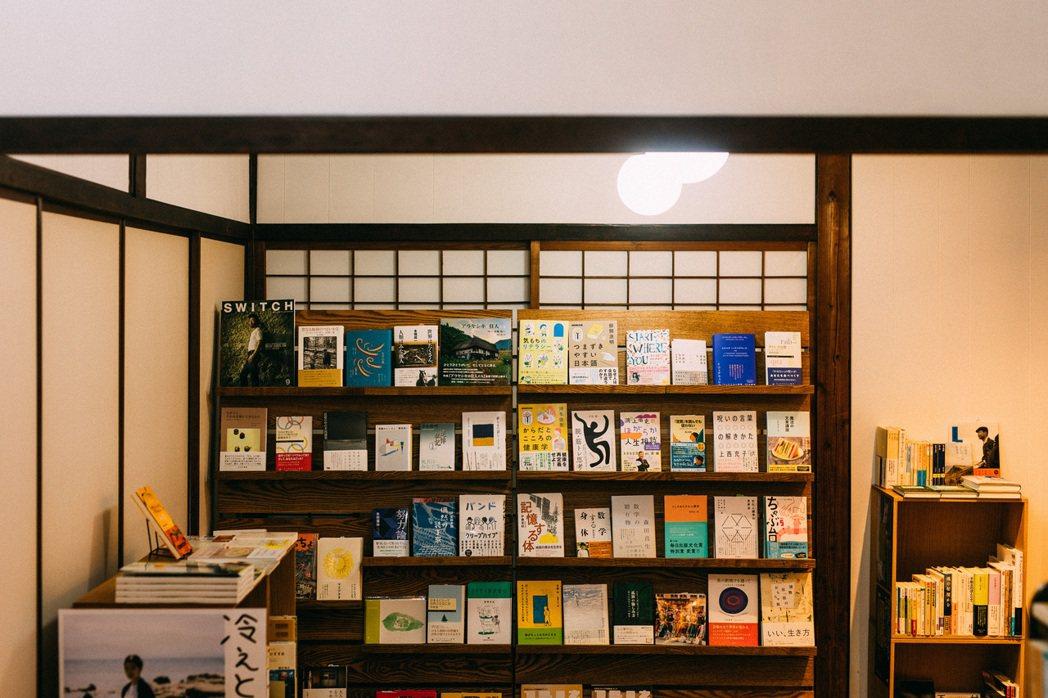 店內書籍的組成,一半是繪本,一半則是以社會學、生活哲學、弱勢團體福利為主軸的選書...