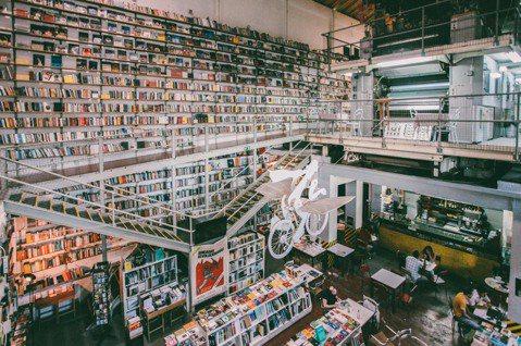 里斯本Ler Devagar,同樣曾被評選為全球最美書店之一。挑高空間內,層架延...