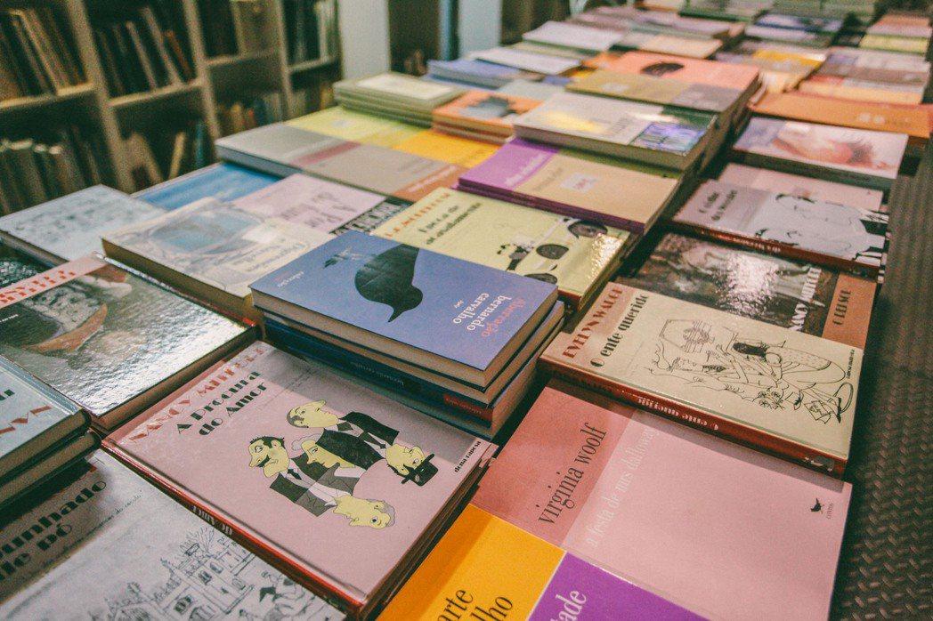 這裡主要販售葡萄牙文書籍,美術、建築、設計、時尚、文學、旅遊,選書種類豐富。 圖...