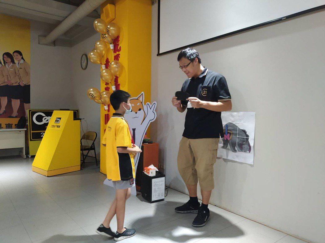 主辦此次活動的21世紀不動產汎太台茂店總經理王斟智放下身段親自與小小房仲互動。 ...