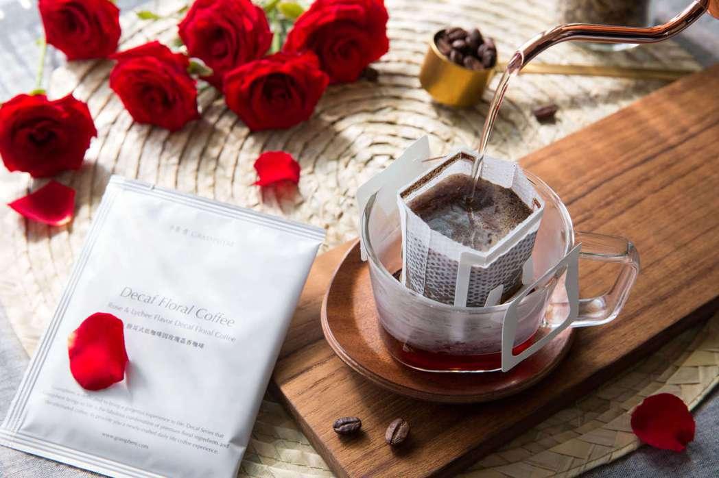玫瑰荔香花茶咖啡擁有醇厚的玫瑰氣息。業者/提供