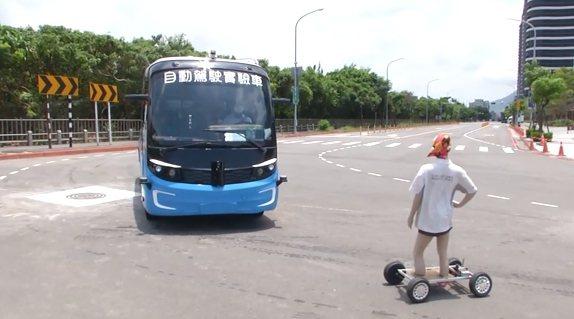 模擬情境:有路人穿越道路,自駕車偵測到路人,馬上停下。5G衝一波製作單位/提供